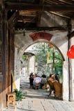 El pasillo de la orilla en una ciudad china imagenes de archivo