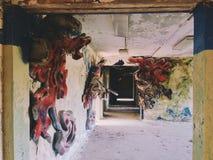 El pasillo dentro del edificio de la izquierda y del campamento de verano soviético olvidado Skazka no lejos de Moscú Imagenes de archivo
