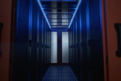 El pasillo es la fecha del centro paredes con los servidores en gabinetes foto de archivo