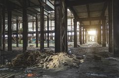 El pasillo industrial grande abandonó el almacén, fábrica con un manojo de basura Imagen de archivo
