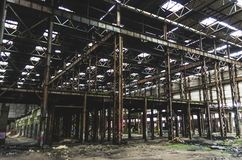 El pasillo industrial grande abandonó el almacén, fábrica con un manojo de basura Fotografía de archivo libre de regalías