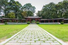 El pasillo largo del jardín Imagenes de archivo