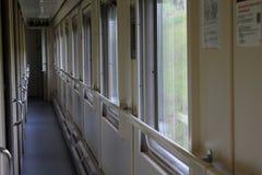 El pasillo largo del tren del compartimiento, las ventanas transparentes Foto de archivo