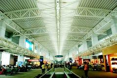 El pasillo que espera del aeropuerto Imagen de archivo libre de regalías
