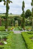El pasillo romántico en la pérgola de rosas Foto de archivo libre de regalías