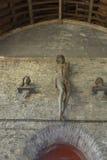 El pasillo y Cristo de la iglesia figuran en las ruinas de 1000 años de la abadía de los sint-baafs Imagenes de archivo