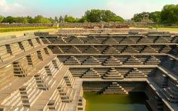 El paso antiguo bien en Hampi la India imagenes de archivo