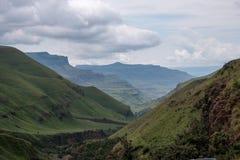 El paso de Sani, camino rural de la suciedad aunque las montañas que conecta Suráfrica y Lesotho fotografía de archivo libre de regalías