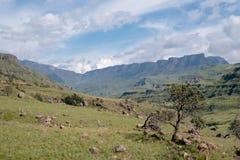 El paso de Sani, camino rural de la suciedad aunque las monta?as que conecta Sur?frica y Lesotho foto de archivo