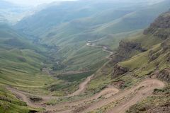 El paso de Sani, camino rural de la suciedad aunque las monta?as que conecta Sur?frica y Lesotho imagenes de archivo