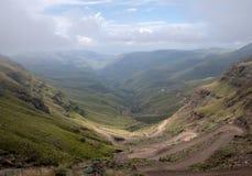 El paso de Sani, camino rural de la suciedad aunque las monta?as que conecta Sur?frica y Lesotho imagen de archivo