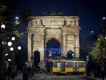 El paso del della de Arco de Milán con un mensaje de la Navidad imagenes de archivo