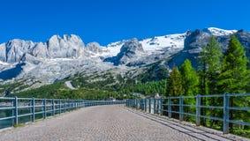 El paso Fedaia 2054 m es denominado por el lago Fedaia, un nuge dique de 2 kilómetros de largo, en el pie del glaciar de Marmolad fotos de archivo