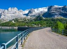 El paso Fedaia 2054 m es denominado por el lago Fedaia, un nuge dique de 2 kilómetros de largo, en el pie del glaciar de Marmolad imagenes de archivo