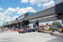 El paso a nivel de Clayton Road que era substituido por el skyrail elevó vías del tren en Clayton, Melbourne Imagenes de archivo