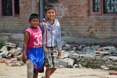 El paso que caminaba de los muchachos se derrumbó edificio después de desastre del terremoto Imágenes de archivo libres de regalías