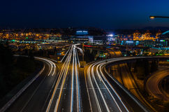 El paso superior de un estado a otro en la noche con el semáforo se arrastra Imagen de archivo