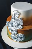 El pastel de bodas adornó el oro, pendiente verde con las flores dibujadas mano Fotos de archivo libres de regalías