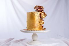 El pastel de bodas adornó el oro, pendiente verde con las flores dibujadas mano Fotografía de archivo libre de regalías