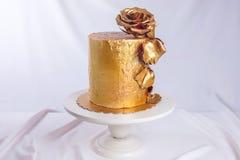 El pastel de bodas adornó el oro, pendiente verde con las flores dibujadas mano Fotografía de archivo