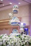 El pastel de bodas adorna en la bandeja de la porción de tres gradas Fotografía de archivo libre de regalías