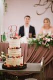 El pastel de bodas blanco grande con la fruta est? en la tabla fotos de archivo