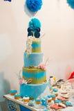 El pastel de bodas de la turquesa adornó el modelo del azúcar en la tabla Fotos de archivo