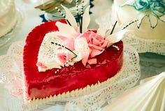 El pastel de bodas tiene gusto del corazón Fotografía de archivo libre de regalías