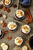 El pastel de calabaza condimenta las magdalenas del plátano de las nueces con el caramelo salado a Fotos de archivo libres de regalías