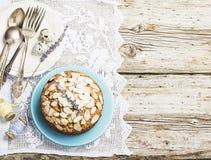 El pastel de pacanas hecho en casa simple adornado con los pétalos de la almendra con un fondo de madera que servía Pascua utiliz Fotos de archivo