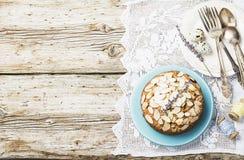 El pastel de pacanas hecho en casa simple adornado con los pétalos de la almendra con un fondo de madera que servía Pascua utiliz Imagenes de archivo