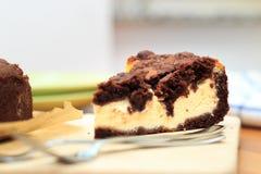 El pastel de queso con los pasteles del shortcrust del chocolate y el chocolate desmenuzan Imagen de archivo libre de regalías