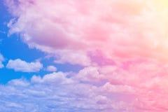 El pastel dulce coloreó la nube y el cielo con la luz del sol, w nublado suave fotos de archivo