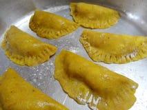 El pastel tradicional del platain de la comida de Honduras de la elaboración llenó de la fruta o de la carne 7 Imágenes de archivo libres de regalías