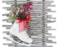 El patín de hielo blanco de la Navidad calza la madera roja del cono del pino de la cinta rústica Foto de archivo libre de regalías