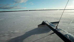 El patín del rompehielos monta en el hielo en la velocidad almacen de video