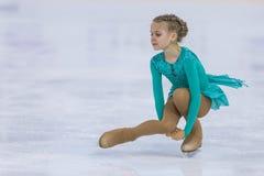 El patinador de figura femenina de Bielorrusia Dariya Puseva Performs Cubs las muchachas libera programa patinador en la taza de  imagenes de archivo