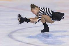El patinador de figura femenina de Bielorrusia Dariya Skovorodko Performs Cubs las muchachas libera programa patinador foto de archivo