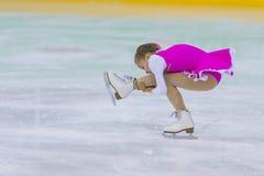 El patinador de figura femenina de Bielorrusia Mariya Avdeeva Performs Cubs las muchachas libera programa patinador imagenes de archivo