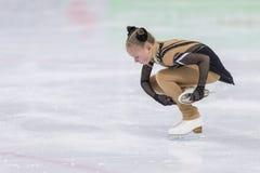 El patinador de figura femenina de Rusia Margarita Kosinenko Performs Cubs las muchachas libera programa patinador fotos de archivo libres de regalías