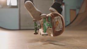 El patinador de sexo masculino realiza trucos asombrosos en el monopatín almacen de video