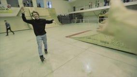 El patinador del rodillo da cinco al hombre con la cámara Sonrisa Manía extrema Competencia en skatepark almacen de metraje de vídeo