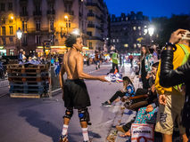 El patinador del truco solicita donaciones de la muchedumbre en la calle de París, incluso Fotos de archivo libres de regalías