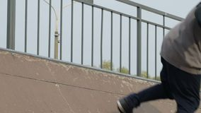 El patinador hace los trucos al borde de mini rampa de madera, opinión del primer en a cámara lenta almacen de video