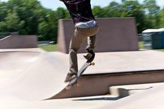 El patinador que salta en el concreto Fotografía de archivo libre de regalías