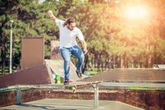 El patinador que salta en parque del monopatín Foto de archivo libre de regalías