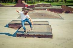 El patinador que salta en parque del monopatín Fotos de archivo