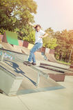 El patinador que salta en parque del monopatín Imagen de archivo libre de regalías