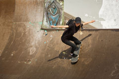 El patinador que salta en parque del patín Foto de archivo libre de regalías