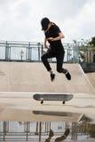 El patinador que salta en parque del patín Fotos de archivo libres de regalías